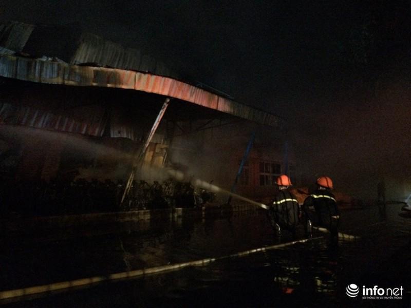 Hiện trường vụ cháy dữ dội kho xưởng tại Khu công nghiệp Nội Bài trong đêm - ảnh 5