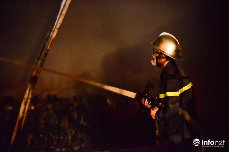 Hiện trường vụ cháy dữ dội kho xưởng tại Khu công nghiệp Nội Bài trong đêm - ảnh 6