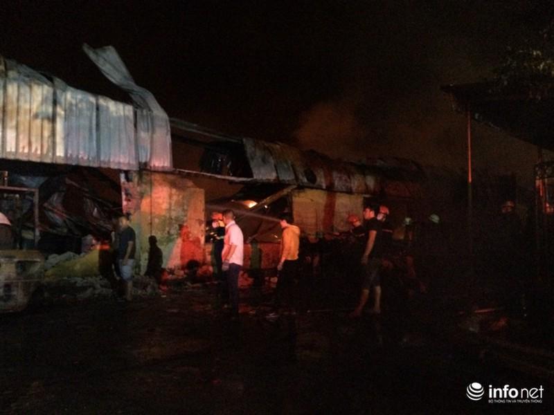 Hiện trường vụ cháy dữ dội kho xưởng tại Khu công nghiệp Nội Bài trong đêm - ảnh 9