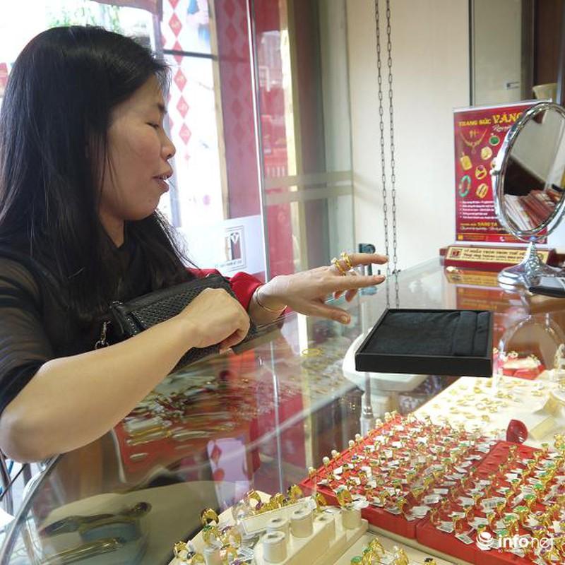 Biển người Hà Nội đổ về mua vàng trong ngày vía thần tài - ảnh 17