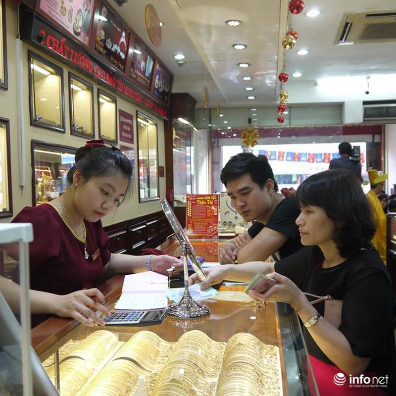 Biển người Hà Nội đổ về mua vàng trong ngày vía thần tài - ảnh 13