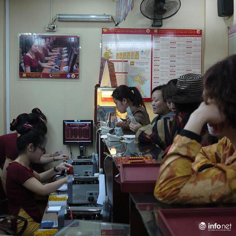 Biển người Hà Nội đổ về mua vàng trong ngày vía thần tài - ảnh 12