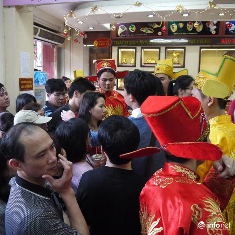 Biển người Hà Nội đổ về mua vàng trong ngày vía thần tài - ảnh 10