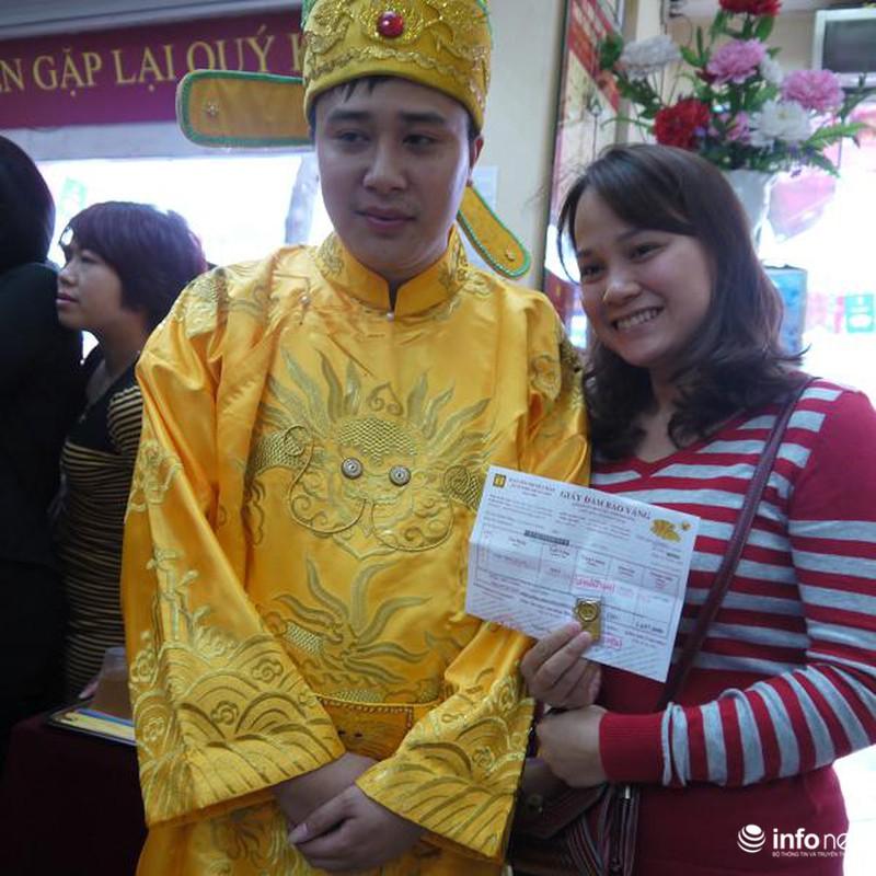 Biển người Hà Nội đổ về mua vàng trong ngày vía thần tài - ảnh 14