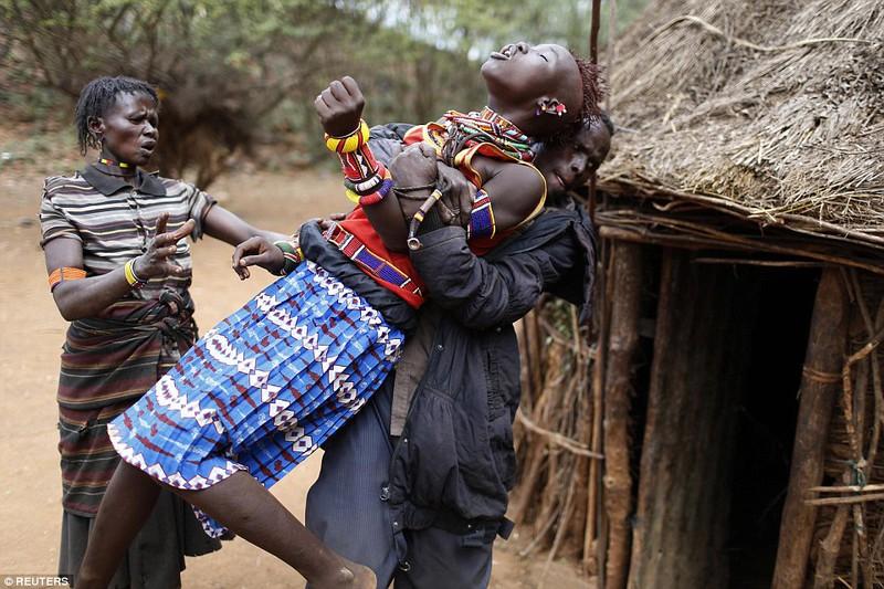 Phong tục đám cưới kỳ lạ ở Kenya - ảnh 1