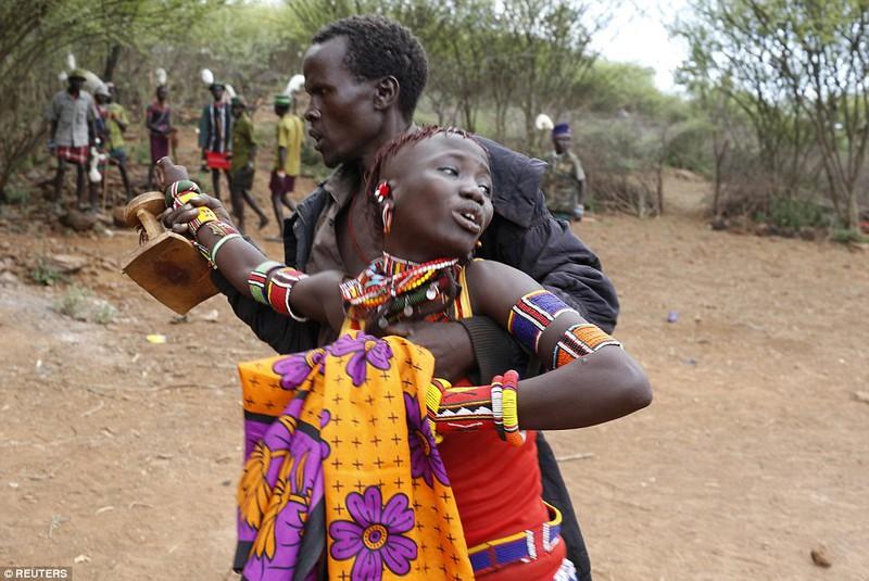 Phong tục đám cưới kỳ lạ ở Kenya - ảnh 6
