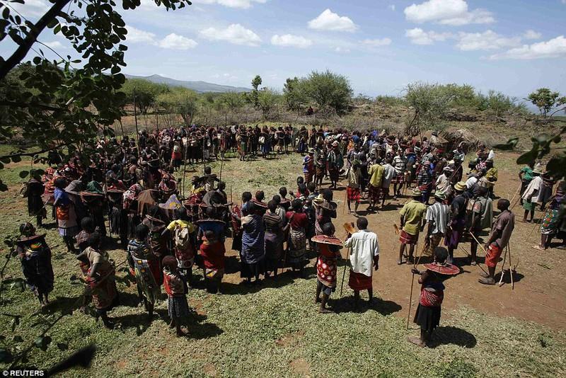 Phong tục đám cưới kỳ lạ ở Kenya - ảnh 10