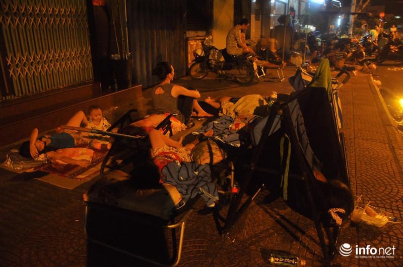 Xóm nghèo màn trời chiếu đất sau vụ cháy rụi 8 căn nhà ở trung tâm Sài Gòn - ảnh 10