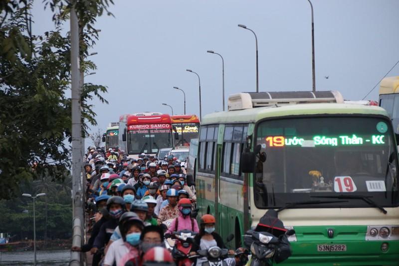 Cửa ngõ phía Đông TP.HCM kẹt cứng, hành khách chạy bộ vào bến xe - ảnh 3