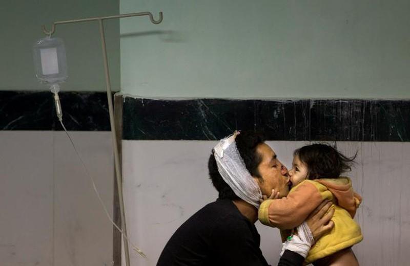 Rớt nước mắt với những hình ảnh Nepal tang thương sau động đất - ảnh 12