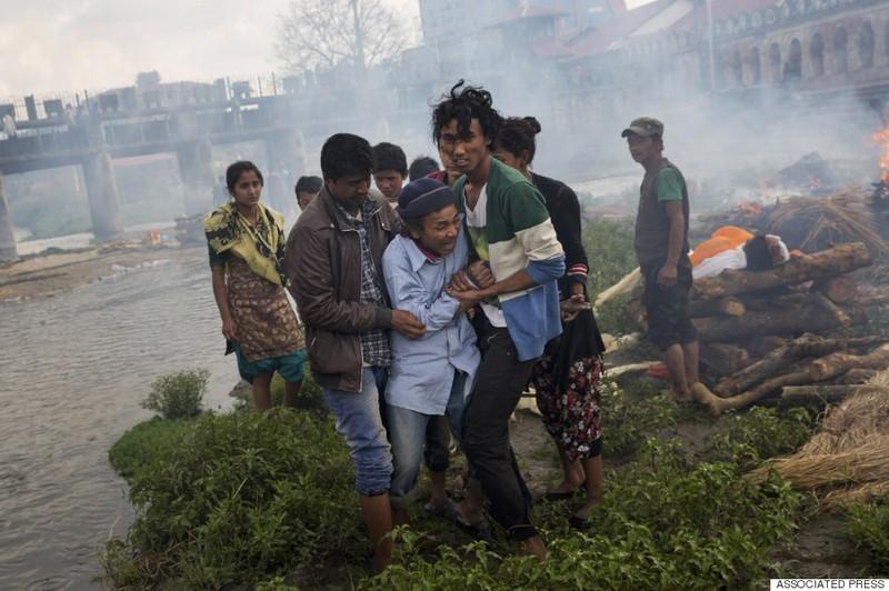 Rớt nước mắt với những hình ảnh Nepal tang thương sau động đất - ảnh 3