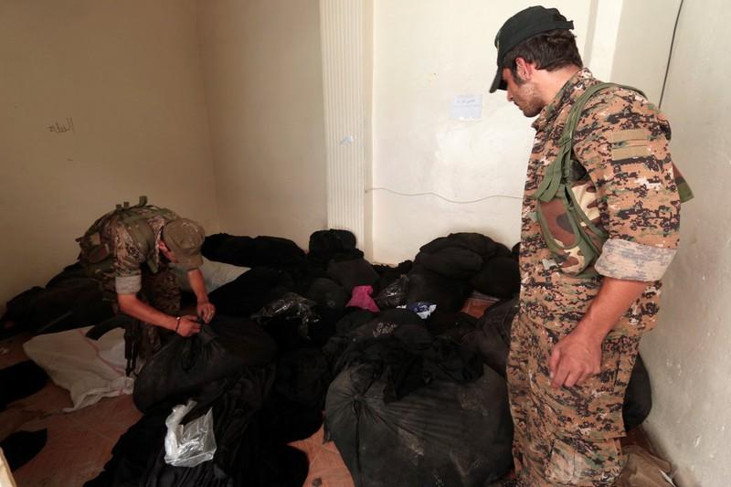 IS thất thế, bỏ lại nhiều vũ khí trên đường tháo chạy - ảnh 11