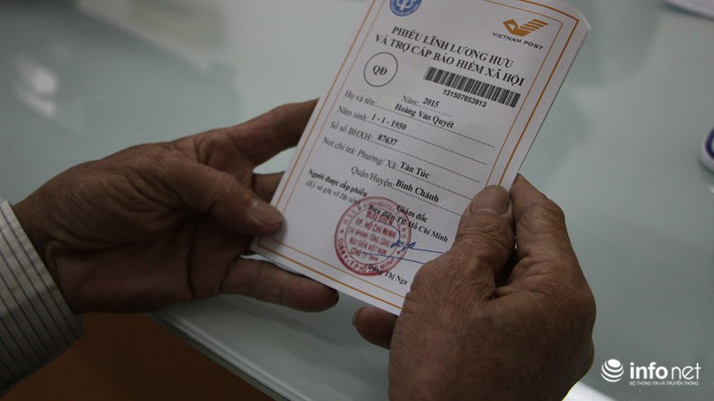 TP.HCM: Người dân hào hứng lĩnh lương lần đầu qua bưu điện - ảnh 2