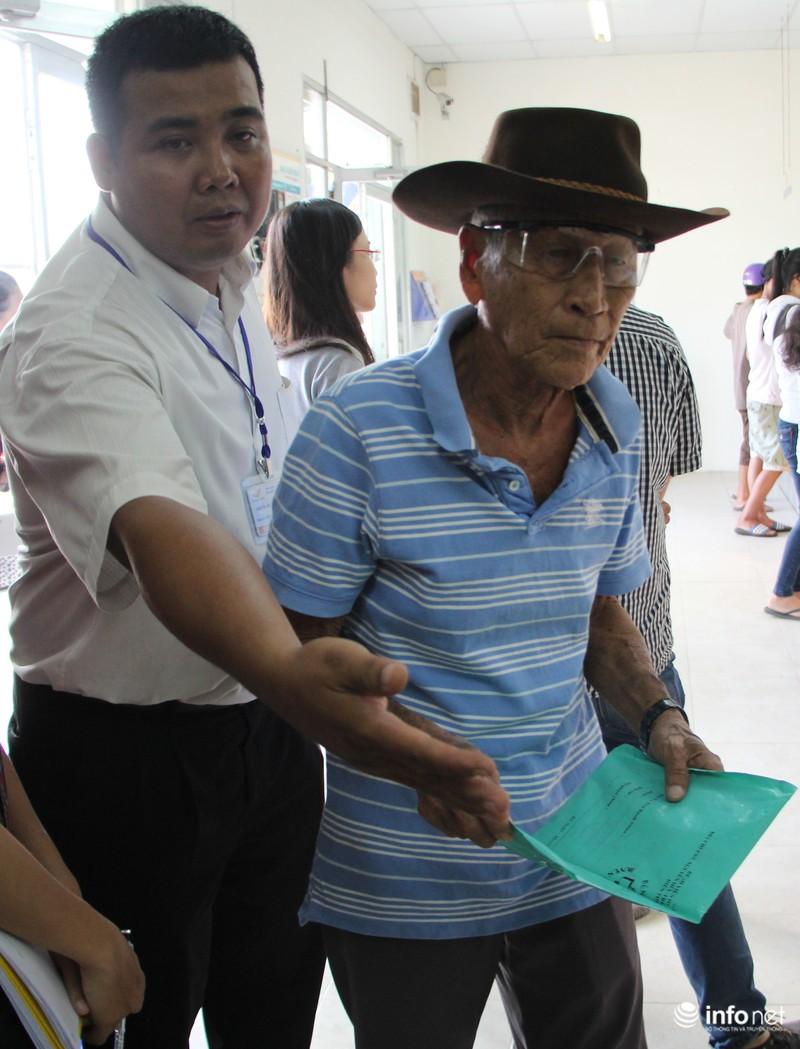 TP.HCM: Người dân hào hứng lĩnh lương lần đầu qua bưu điện - ảnh 6