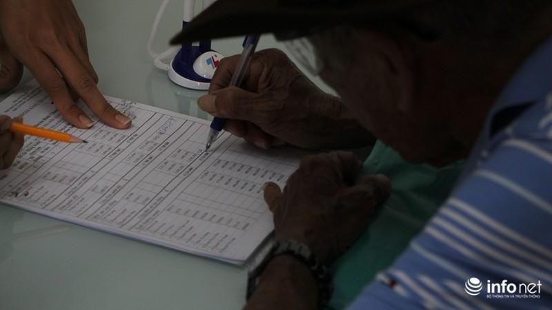 TP.HCM: Người dân hào hứng lĩnh lương lần đầu qua bưu điện - ảnh 7