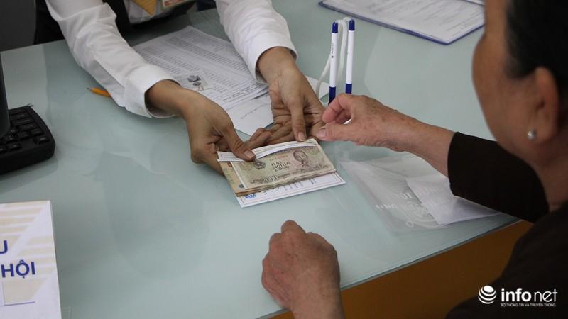 TP.HCM: Người dân hào hứng lĩnh lương lần đầu qua bưu điện - ảnh 9