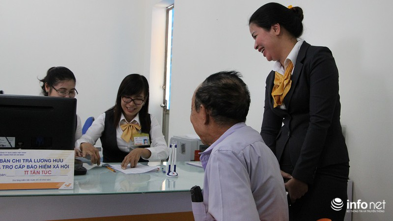 TP.HCM: Người dân hào hứng lĩnh lương lần đầu qua bưu điện - ảnh 8