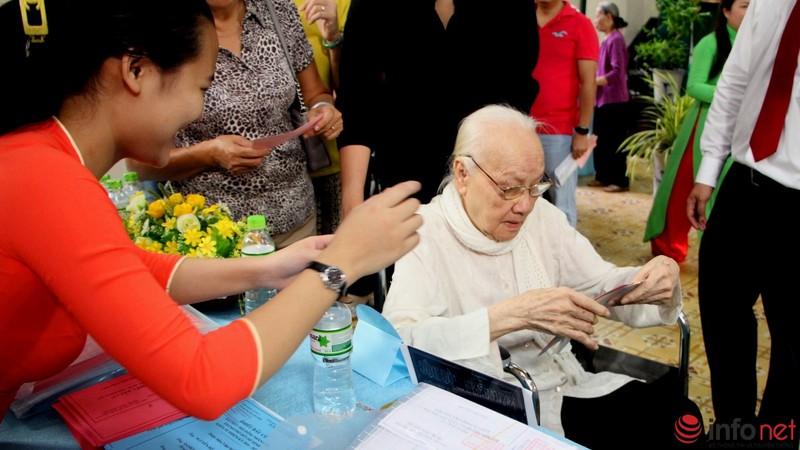 Phu nhân cố Tổng bí thư Nguyễn Văn Linh đi bầu cử ở tuổi 99 - ảnh 3