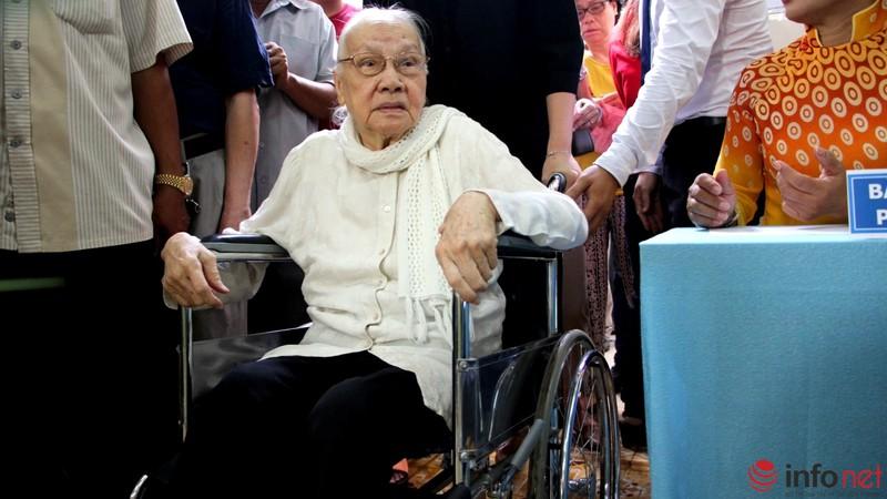 Phu nhân cố Tổng bí thư Nguyễn Văn Linh đi bầu cử ở tuổi 99 - ảnh 1