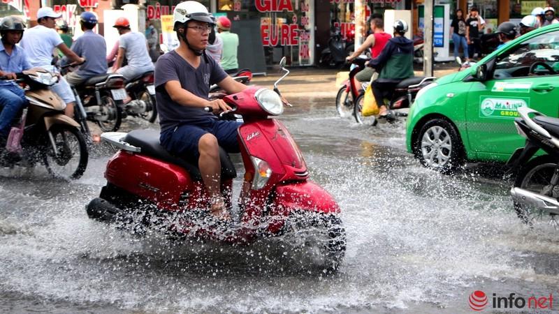 TP.HCM tiếp tục ngập nhiều tuyến đường sau mưa lớn - ảnh 6