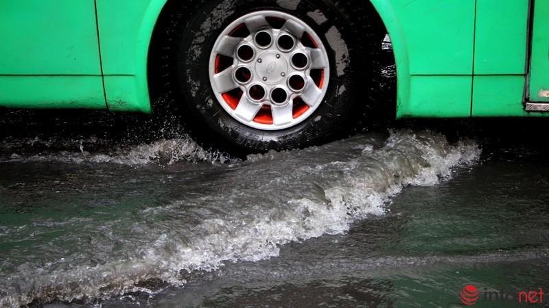 TP.HCM tiếp tục ngập nhiều tuyến đường sau mưa lớn - ảnh 11