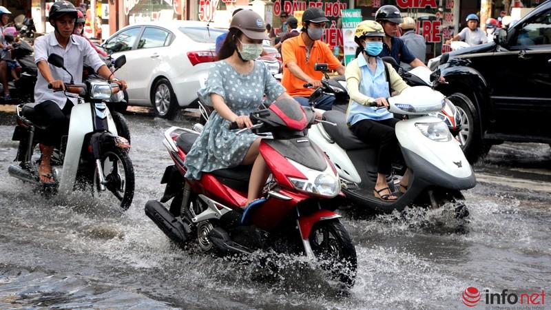 TP.HCM tiếp tục ngập nhiều tuyến đường sau mưa lớn - ảnh 3