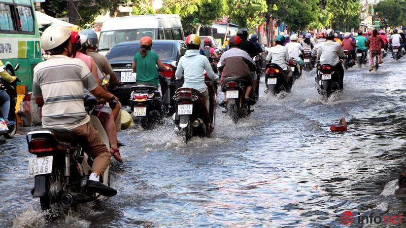 TP.HCM tiếp tục ngập nhiều tuyến đường sau mưa lớn - ảnh 7