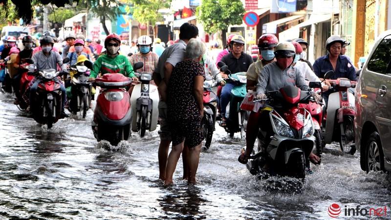 TP.HCM tiếp tục ngập nhiều tuyến đường sau mưa lớn - ảnh 9