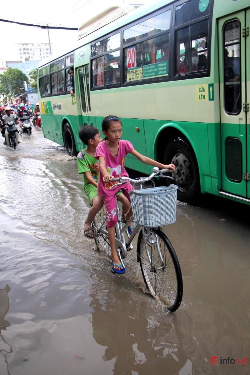 TP.HCM tiếp tục ngập nhiều tuyến đường sau mưa lớn - ảnh 16