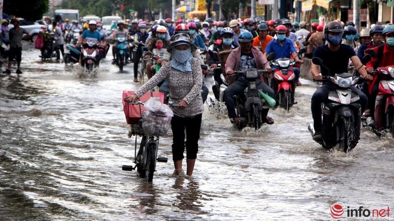 TP.HCM tiếp tục ngập nhiều tuyến đường sau mưa lớn - ảnh 8