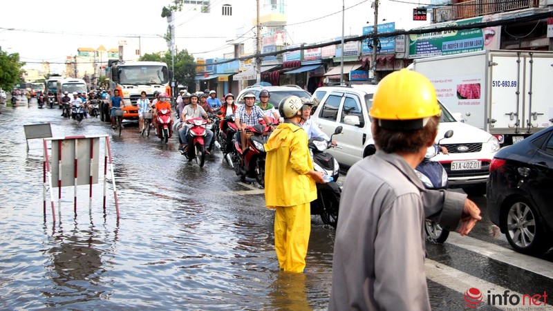 TP.HCM tiếp tục ngập nhiều tuyến đường sau mưa lớn - ảnh 13