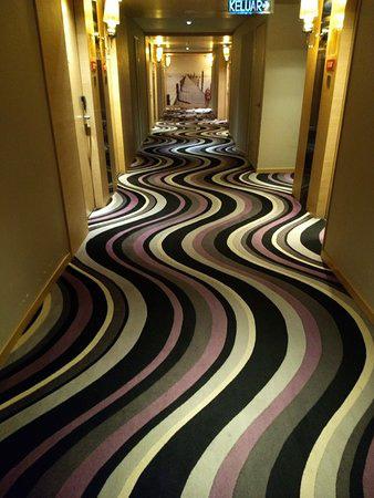"""Những tấm thảm khách sạn như muốn """"chuốc say"""" cả Internet: nhìn ảnh đã thấy đau đầu, ngoài đời còn """"gây ảo giác"""" - Ảnh 15."""