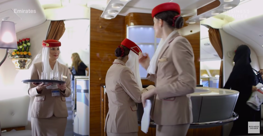 """Nghe tiếp viên hãng hàng không đắt giá nhất hành tinh review công việc mà chỉ biết """"choáng"""": Mức lương khủng lên đến 750 triệu/năm, tiêu chuẩn còn """"khó hơn lên trời"""" - Ảnh 15."""