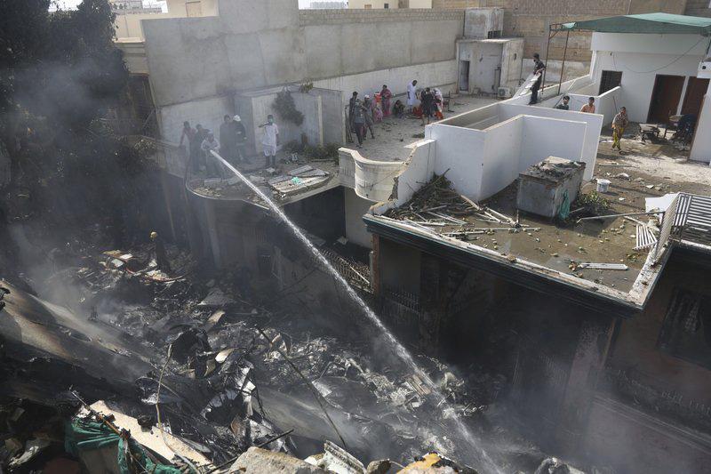 Cập nhật: Hơn 100 hành khách và thành viên phi hành đoàn thiệt mạng trong vụ máy bay Pakistan rơi ở Karachi - Ảnh 2.