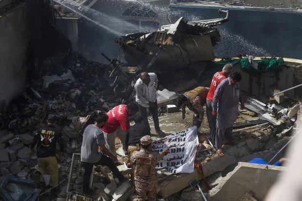 Cập nhật: Hơn 100 hành khách và thành viên phi hành đoàn thiệt mạng trong vụ máy bay Pakistan rơi ở Karachi - Ảnh 1.