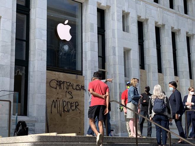 Lo sợ bị dân quá khích đập phá hoặc ăn trộm, Apple Store khắp nước Mỹ lập tức phòng thủ kiên cố theo cách đầy dã chiến - Ảnh 4.