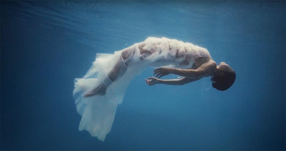 Văn Mai Hương ẩn ý kể chuyện tình yêu giấu kín gia đình trong MV Đốt, hết châm lửa đốt phòng rồi lại tự nhấn chìm mình dưới nước - Ảnh 8.