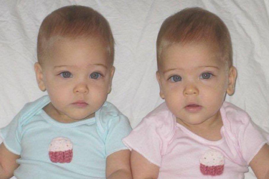 Cặp song sinh được mệnh danh đẹp nhất thế giới, 6 tháng tuổi đã nhận hợp đồng quảng cáo có ngoại hình thay đổi ra sao sau 10 năm? - Ảnh 1.