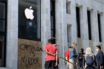 """Lo sợ bạo động, Apple Store khắp nước Mỹ """"phòng thủ"""" kiên cố"""