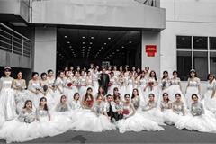 """Trường ĐH xuất hiện hàng loạt nữ sinh mặc váy cưới, dân tình rủ nhau lập team đến để được """"phát cô dâu"""""""