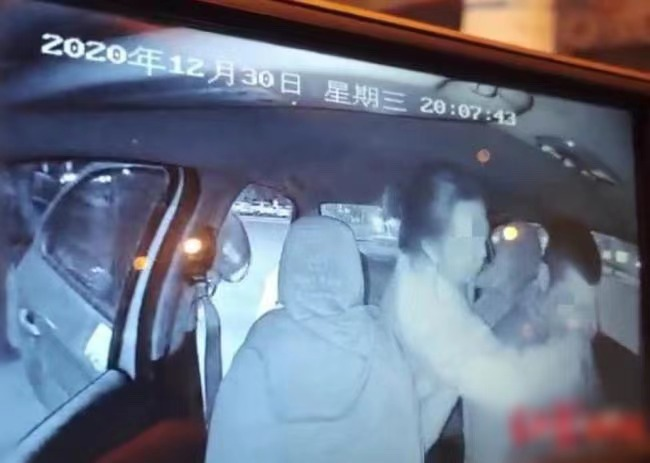 Gặp tài xế taxi điển trai, cô gái mất sạch liêm sỉ nhào lên cưỡng hôn rồi vứt lại khoản bồi thường khiến người ta dở khóc dở cười - Ảnh 2.