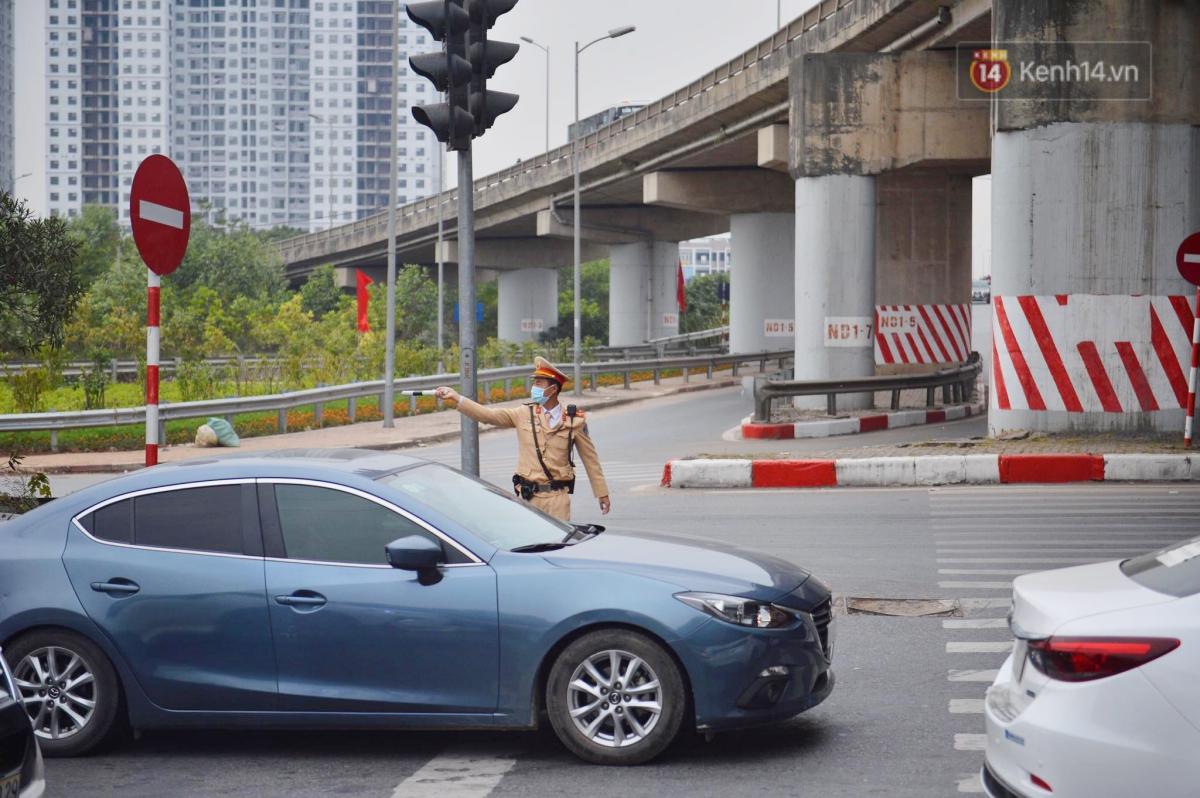 Chùm ảnh: Cửa ngõ Hà Nội ùn tắc kinh hoàng, hàng ngàn phương tiện chen lấn quay lại thành phố sau kỳ nghỉ Tết dương lịch - Ảnh 6.