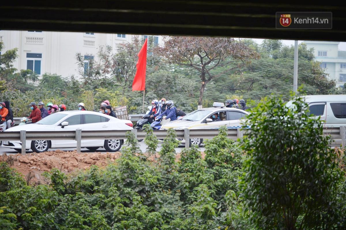 Chùm ảnh: Cửa ngõ Hà Nội ùn tắc kinh hoàng, hàng ngàn phương tiện chen lấn quay lại thành phố sau kỳ nghỉ Tết dương lịch - Ảnh 3.