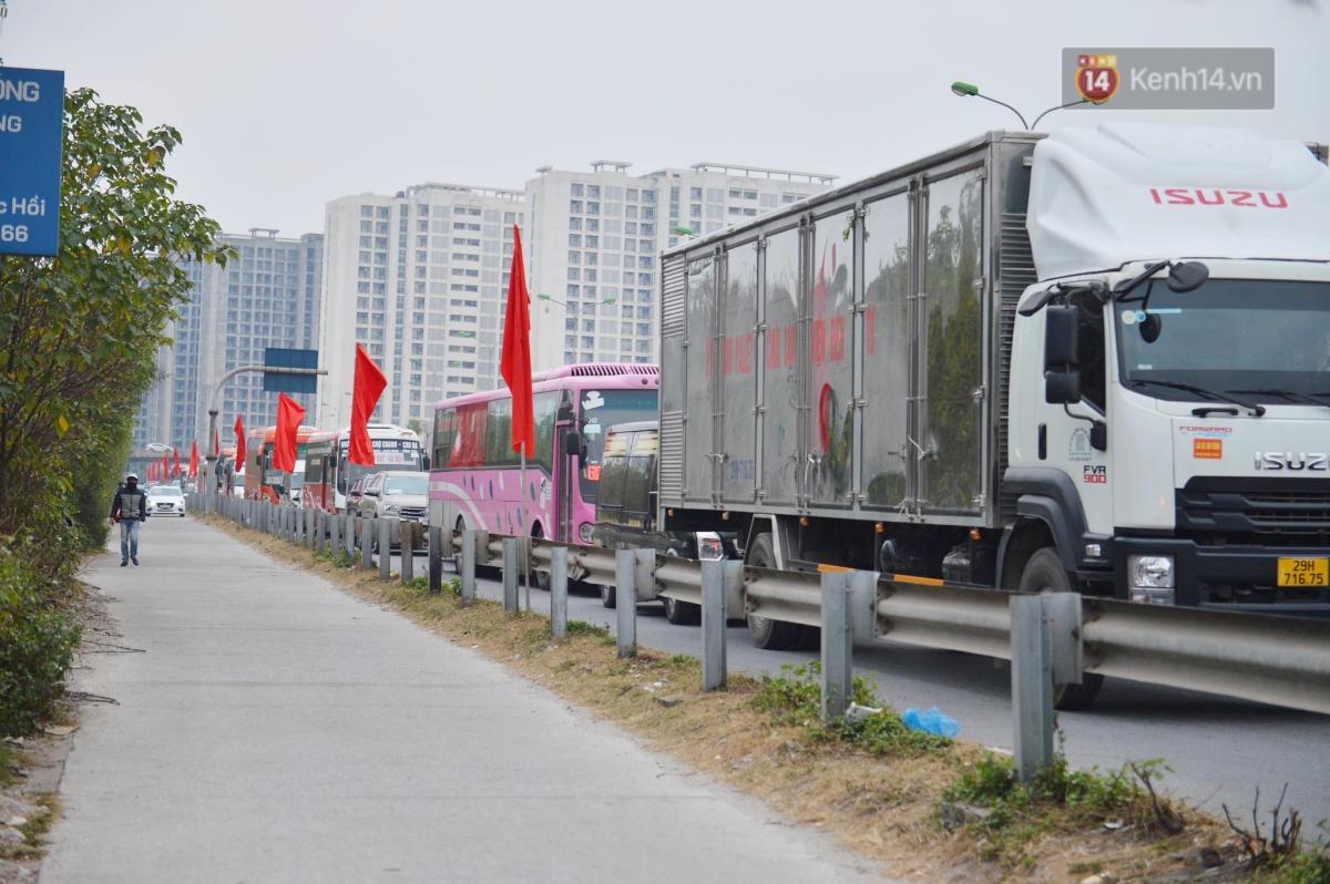 Chùm ảnh: Cửa ngõ Hà Nội ùn tắc kinh hoàng, hàng ngàn phương tiện chen lấn quay lại thành phố sau kỳ nghỉ Tết dương lịch - Ảnh 1.