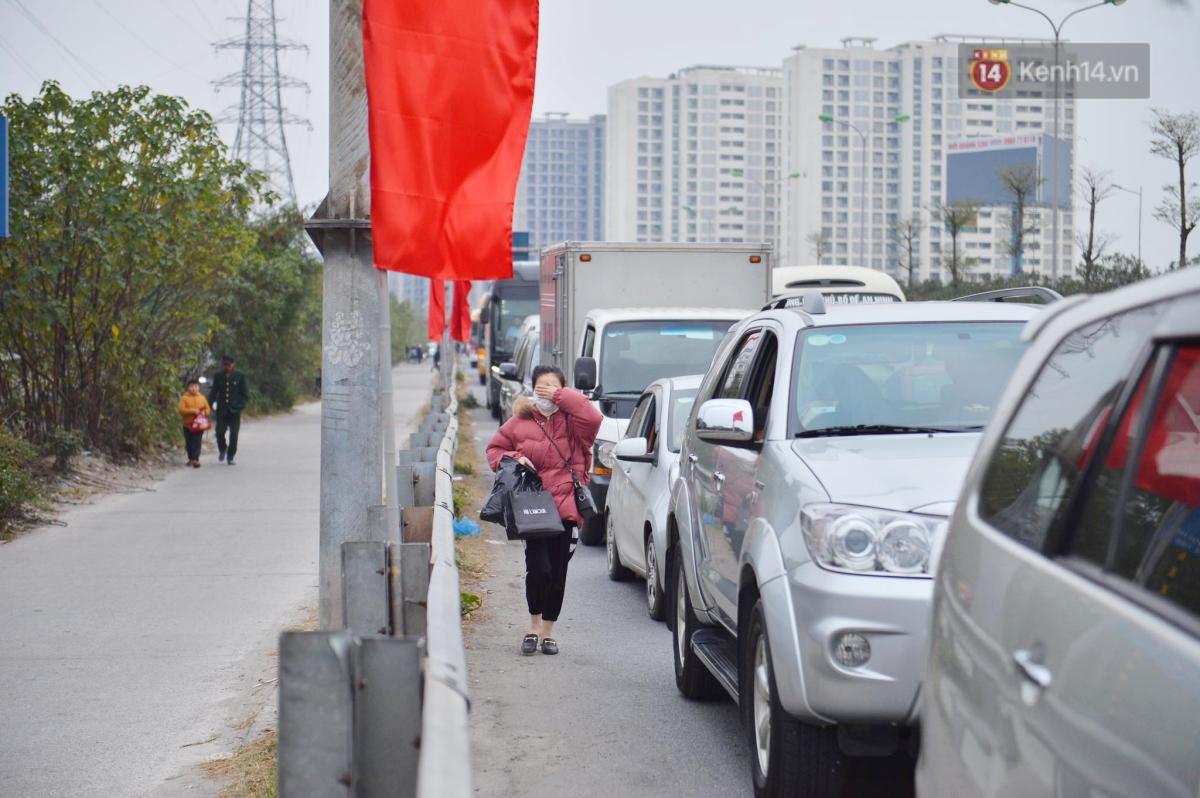 Chùm ảnh: Cửa ngõ Hà Nội ùn tắc kinh hoàng, hàng ngàn phương tiện chen lấn quay lại thành phố sau kỳ nghỉ Tết dương lịch - Ảnh 5.