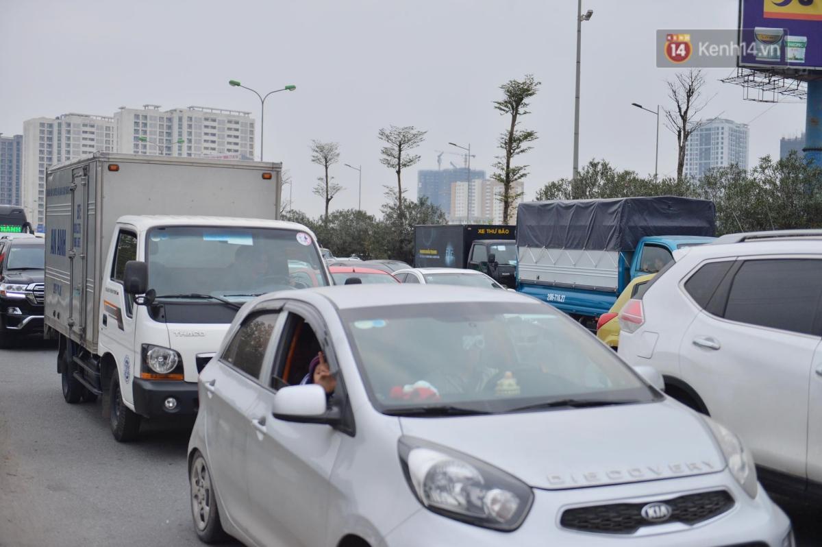 Chùm ảnh: Cửa ngõ Hà Nội ùn tắc kinh hoàng, hàng ngàn phương tiện chen lấn quay lại thành phố sau kỳ nghỉ Tết dương lịch - Ảnh 8.