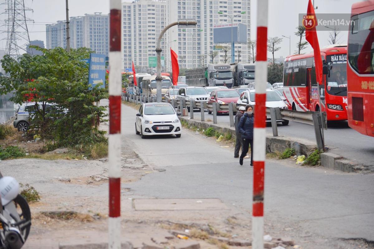 Chùm ảnh: Cửa ngõ Hà Nội ùn tắc kinh hoàng, hàng ngàn phương tiện chen lấn quay lại thành phố sau kỳ nghỉ Tết dương lịch - Ảnh 7.