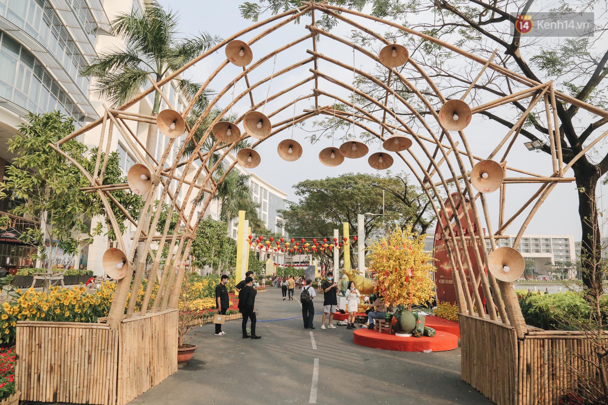Cận cảnh đường hoa Tết Tân Sửu 2021 phong cách tối giản tại phố nhà giàu Sài Gòn - Ảnh 1.