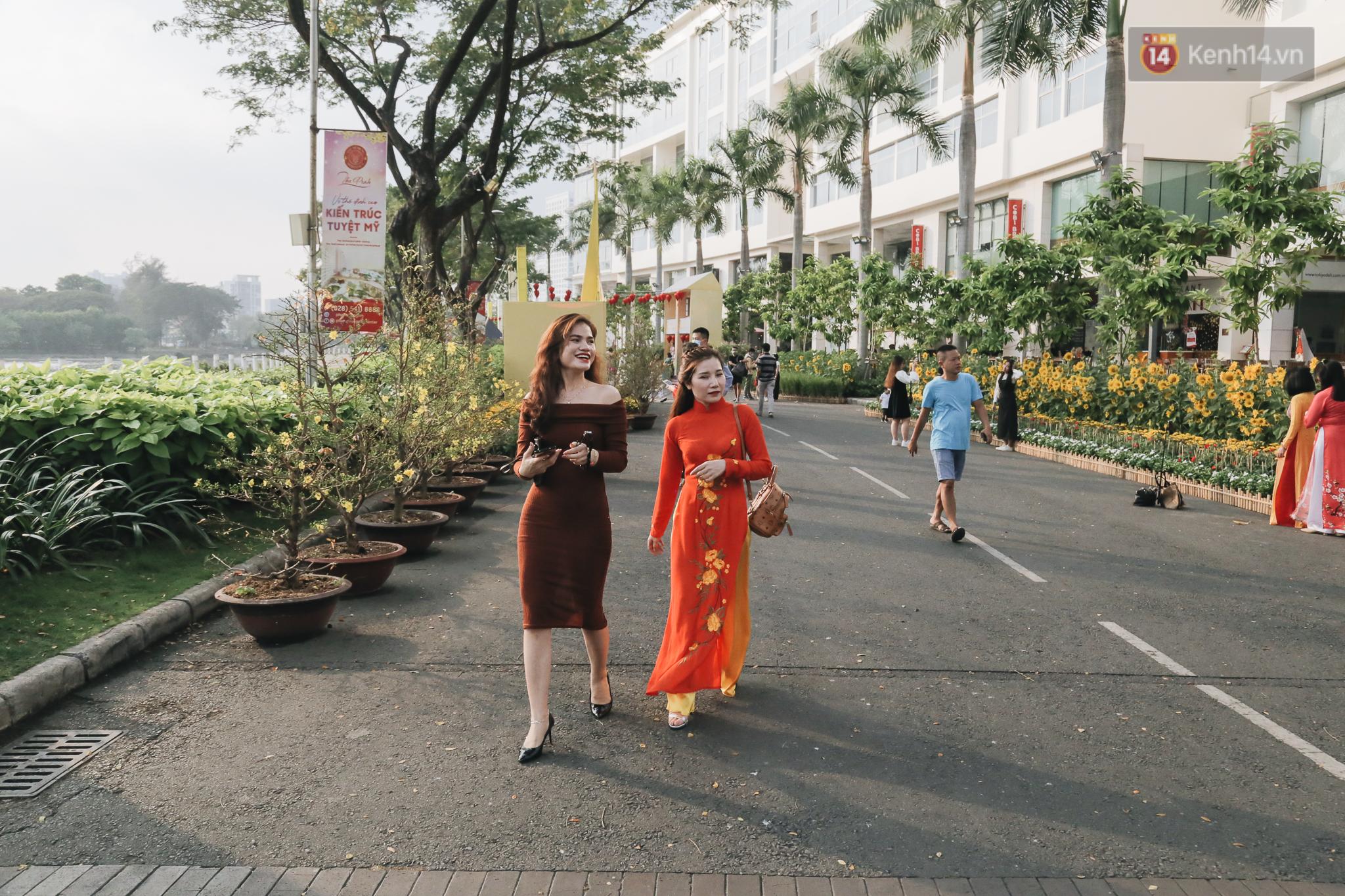 Cận cảnh đường hoa Tết Tân Sửu 2021 phong cách tối giản tại phố nhà giàu Sài Gòn - Ảnh 7.