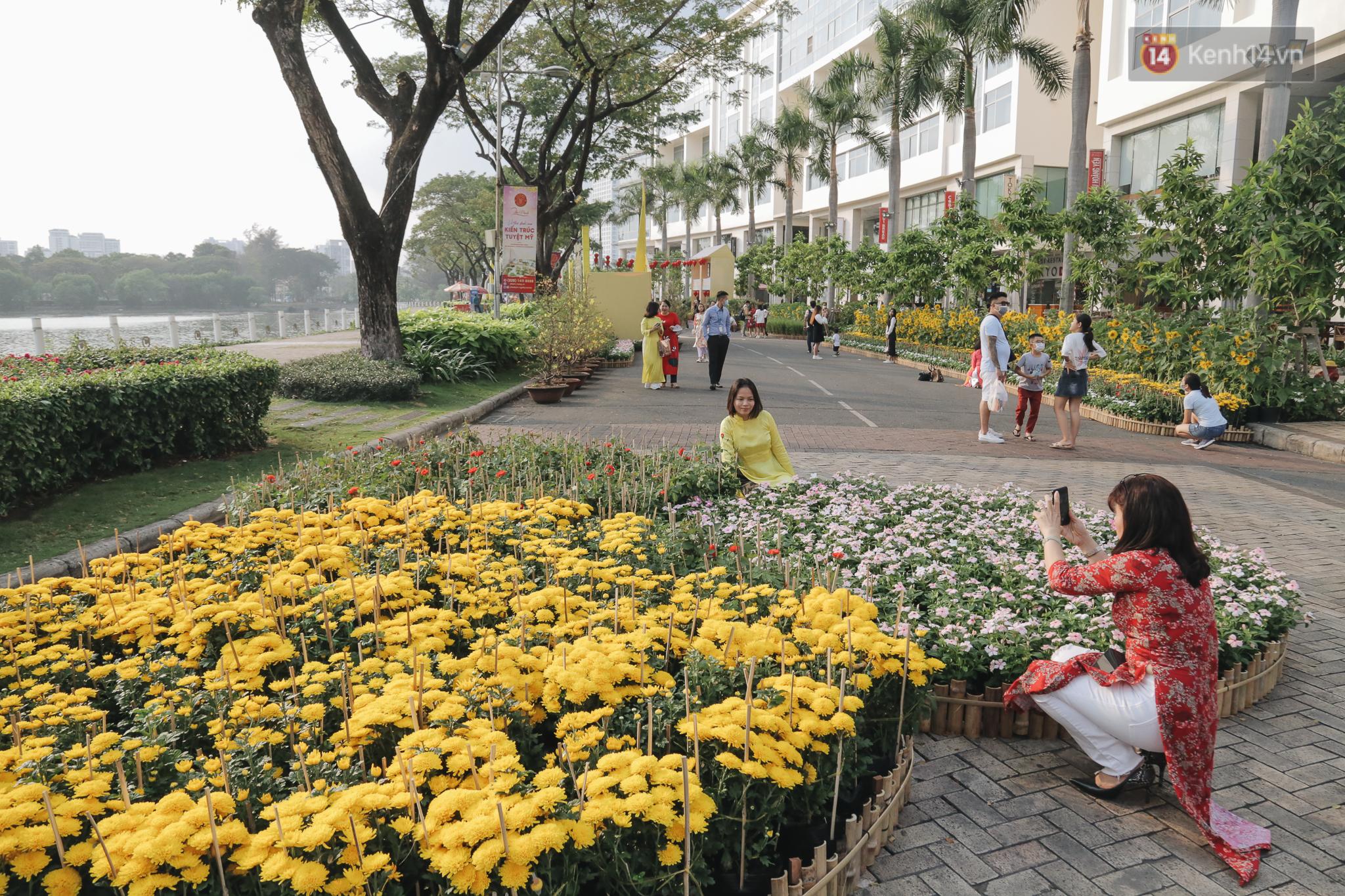 Cận cảnh đường hoa Tết Tân Sửu 2021 phong cách tối giản tại phố nhà giàu Sài Gòn - Ảnh 12.